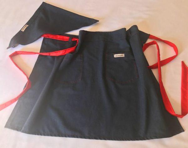 25. Avental curto jeans com vermelho